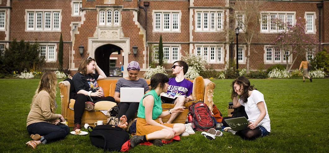 Ведущей американские студенты в колледже веселятся смотреть